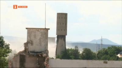 Взривиха 2 комина от бивша ТЕЦ в Казанлък