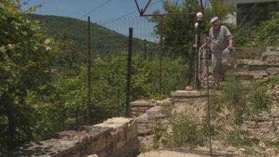Заради съседски спор ограда пречи на възрастен мъж от Балчик да излезе от дома си