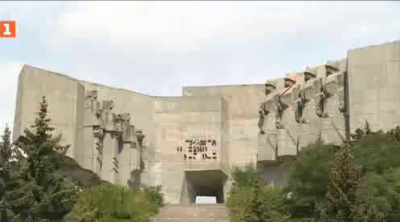 С риск за живота младежи се катерят на Паментника на българо-съветската дружба във Варна