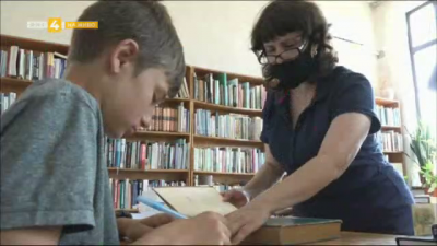 Деца помагат в библиотеката във Велико Търново