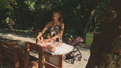 Създадоха специални пейки за кърмене и преповиване на бебета в градския парк в Ямбол