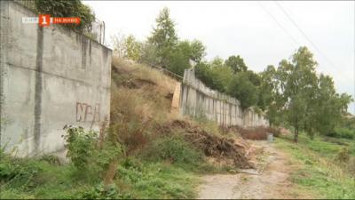 9 месеца свлечена подпорна стена в центъра на Пороминово стои неоправена
