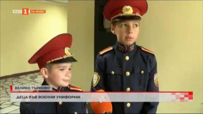 Деца с военни униформи