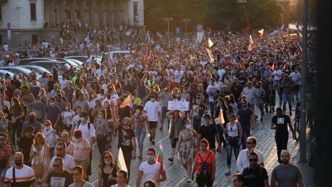 Недоволството на улицата и намерението на управляващите за рестарт на държавата
