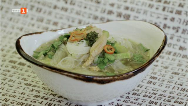 Азиатска пилешка супа с оризови нудли и мусака с гъбено рагу и сос бешамел със сирена