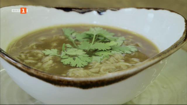 Бульон от печени кости и супа с костен бульон и соба нудълс