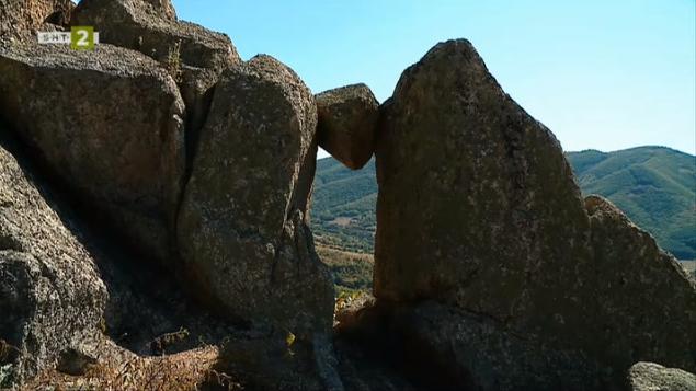 """""""Слънчевата врата"""" и """"Правите камъни"""" в района на Брезово"""