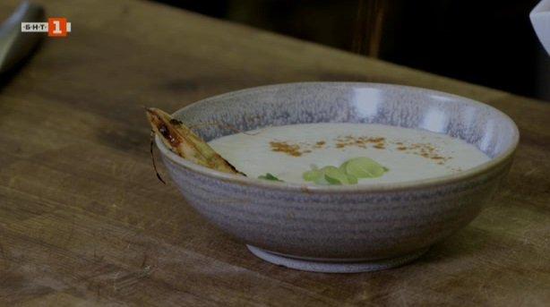"Студена супа ""ахо бланко"" и солен кекс с тиквички, сирене и сушени домати"