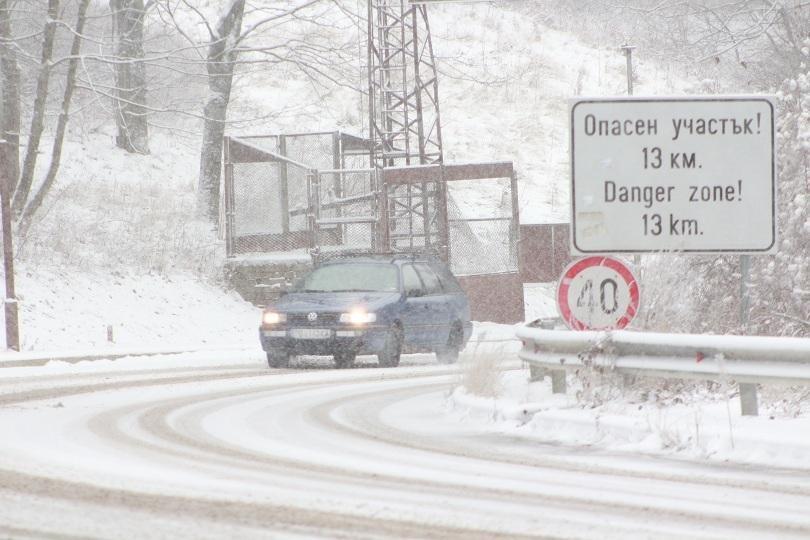 Първи сняг в страната. Как товарни камиони и коли се движат през прохода Шипка?