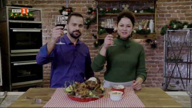 Коледна пуйка с плодове и билкови картофени огретени