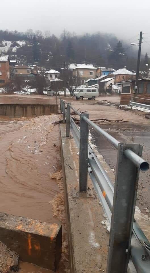 Наводнени пътища и къщи, паднали дървета и задръствания заради обилните валежи