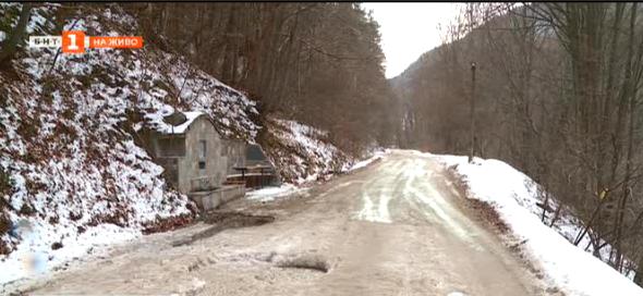 Път в Родопите е в окаяно състояние, спира достъпа до две села
