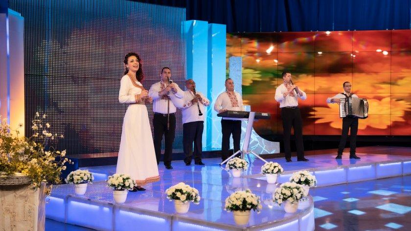 """Оркестър """"Емона"""" и котленската певица Дафинка Дамянова"""