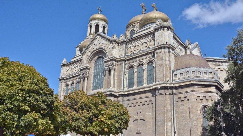Позлатяването на куполите на катедралата във Варна