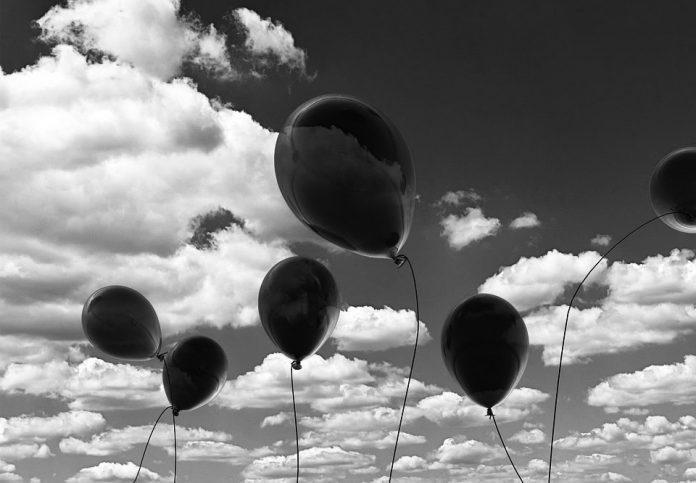 Черни балони в небето над София в Деня на жената