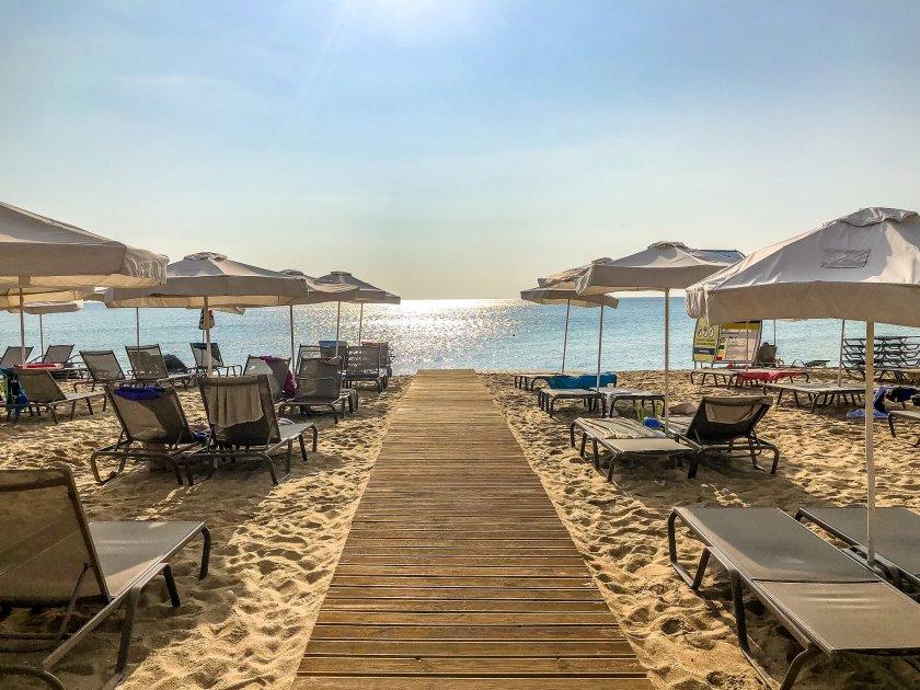 Туризъм в пандемията – колко ще струва шезлонгът и чадърът на плажа тази година?