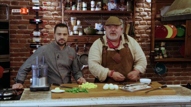 Маринована скумрия с картофи на жар и голямо кюфте с изстискан лук