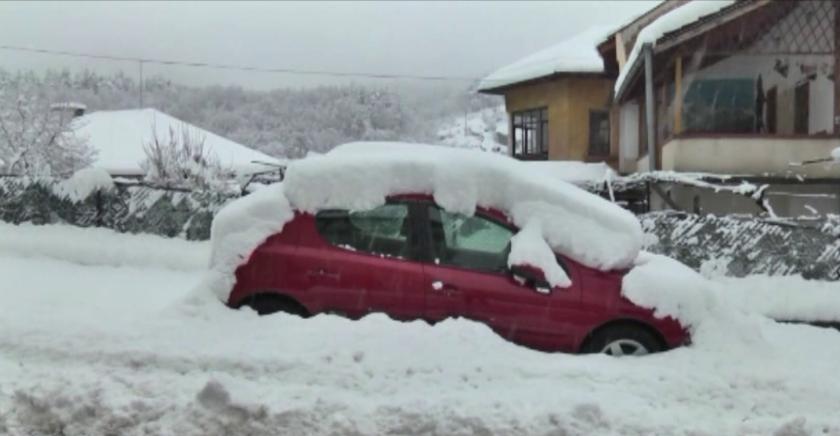 Затворени пътища и села без ток заради тежката зимна обстановка в страната