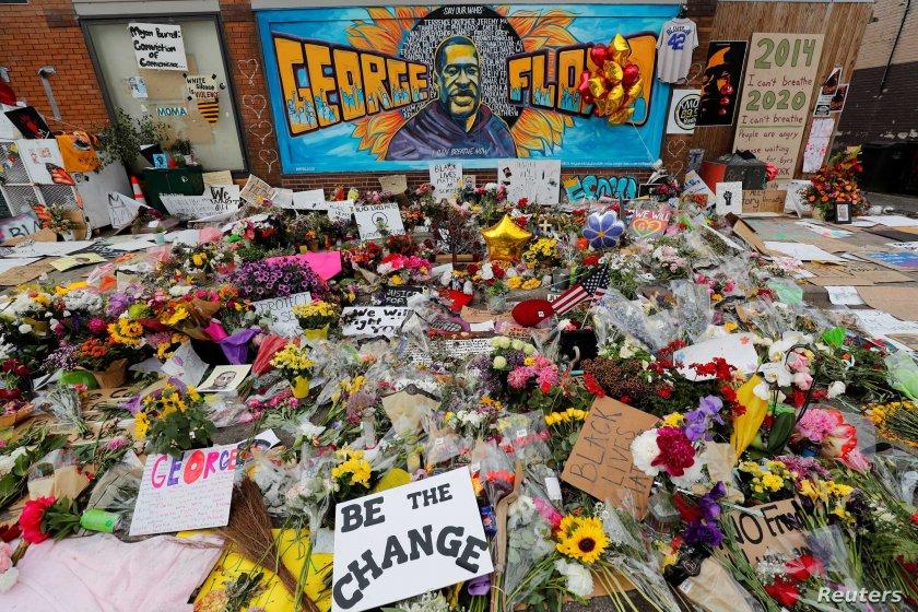 В САЩ започна процесът срещу убийството на Джордж Флойд. Какви са политическите му измерения?