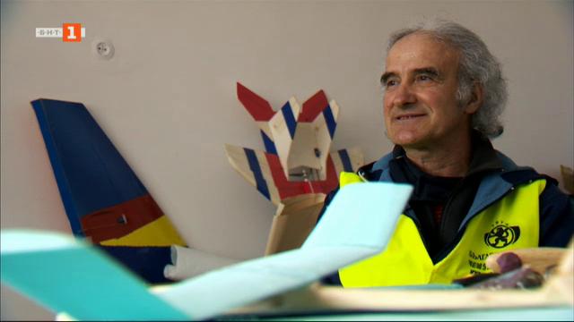 Историята на Емил, който е пощальон, певец и моделира самолети