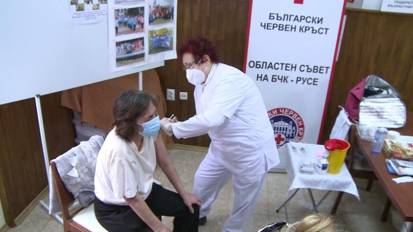 Мобилни екипи ваксинират срещу COVID желаещите хора без дом в Русе