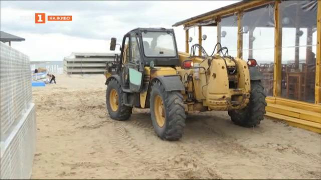 """Защо на плаж Смокиня отново има багери и какво се случва със скандалните бетонни """"пети"""""""