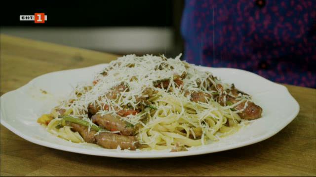 Лятна паста с наденички и семифредо с малини