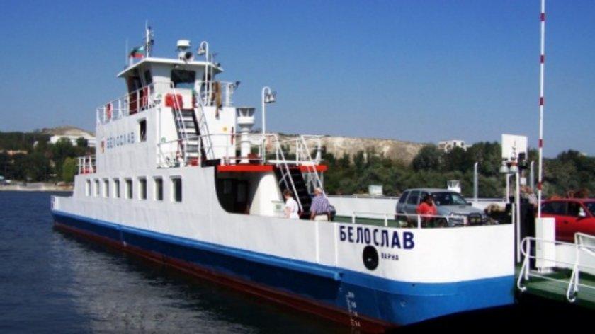 Спират ферибота, който свързва двата бряга на Белославското езеро. С какво ще се превозват хората?