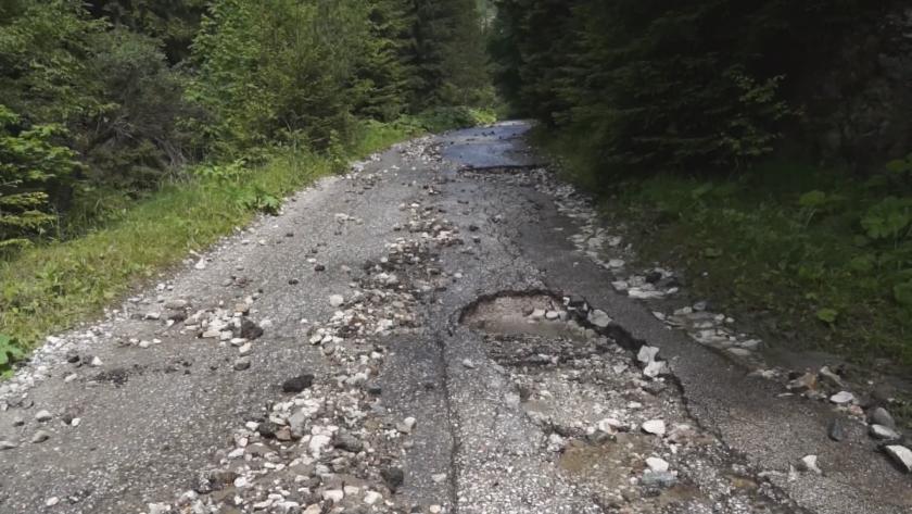 """Пороите разрушиха част от пътя към """"Чудните мостове"""" в Родопите"""