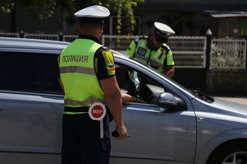 Пътни полицаи и деца заедно призовават шофьорите да бъдат внимателни на пътя