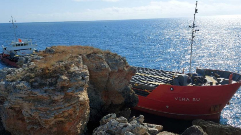 Как продължава спасителната акция със заседналия кораб край Камен бряг