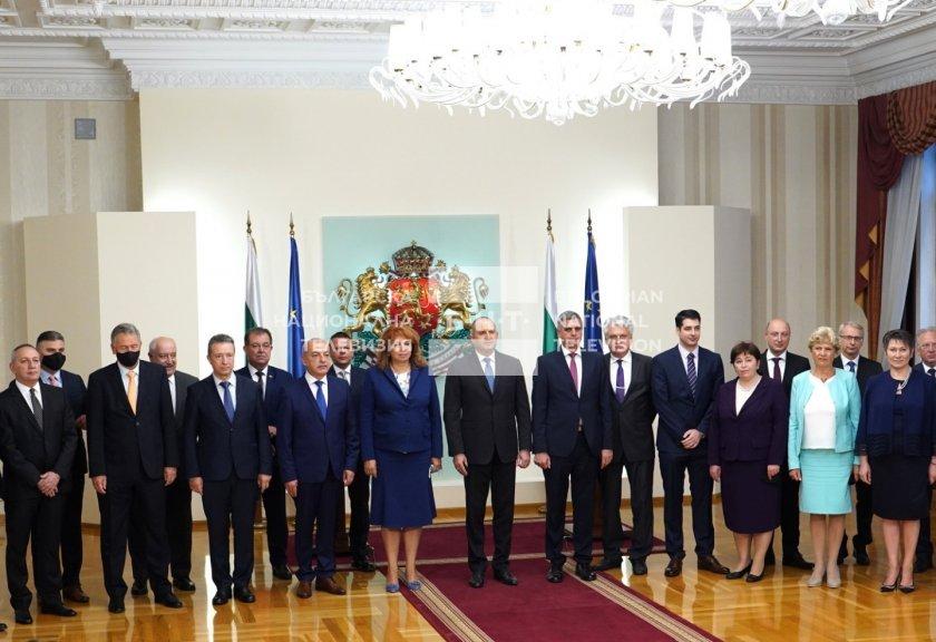 Bulgaristan tarihinde ilk kez bir geçici hükümet, idareyi başka bir geçici hükümete devretti