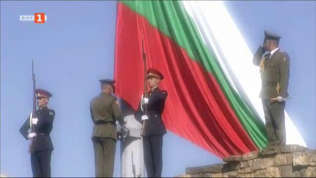 НА ЖИВО по БНТ: Денят на независимостта - церемония по издигане на националния трибагреник