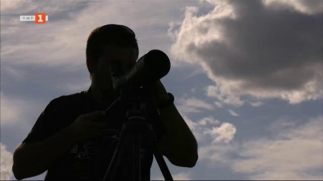 Орнитологът, който тръгна по следите на загиналите щъркели край Стожер