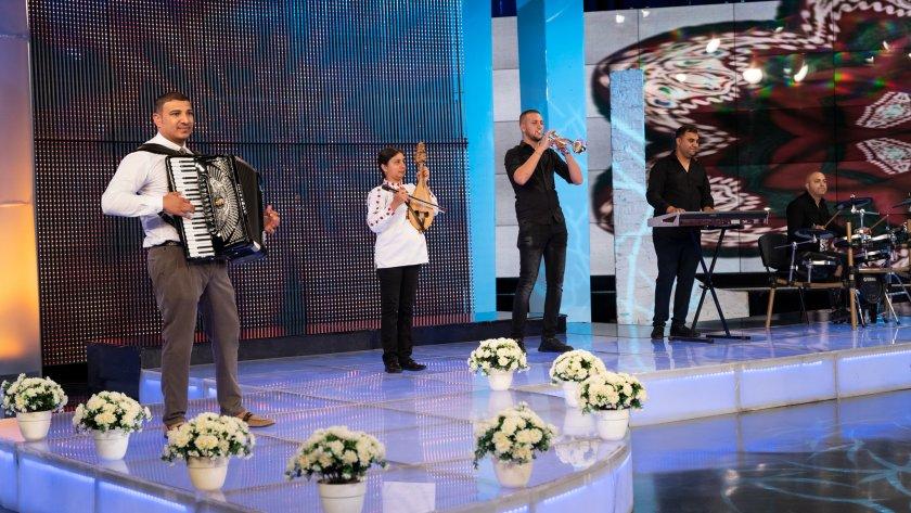 Акордеонистът Петър Петров и неговите приятели певци и инструменталисти