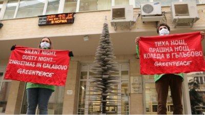 Çevrecilerden Enerji Bakanlığına tozla kaplı Noel ağacı