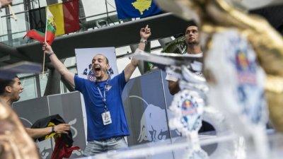 Среща с българина - световен шампион по хвърляне на хартиени самолетчета